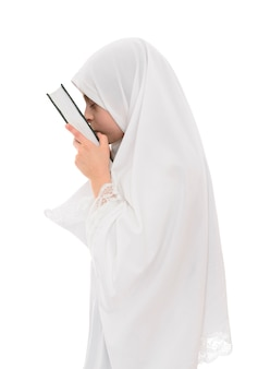Bella ragazza musulmana innamorata del libro sacro del corano