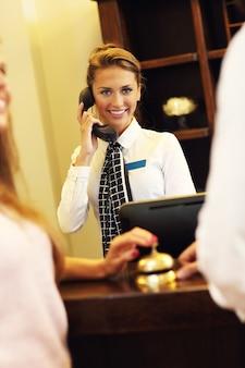 Bella receptionist che risponde al telefono