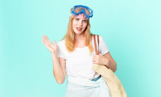 Bella donna dai capelli rossi che si sente felice, sorpresa nel realizzare una soluzione o un'idea con gli occhiali. concetto di estate