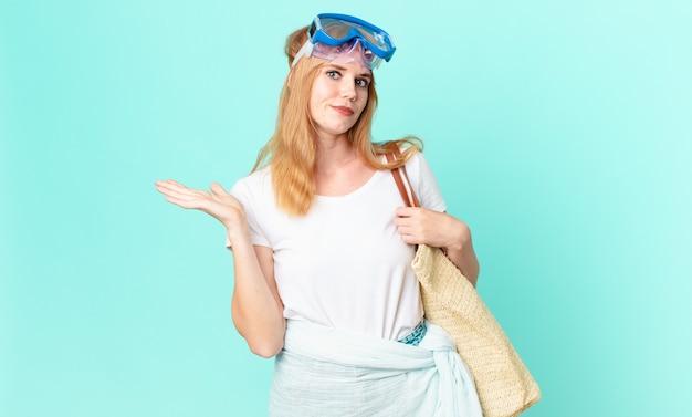 Bella donna dai capelli rossi che si sente perplessa e confusa e dubita degli occhiali. concetto di estate
