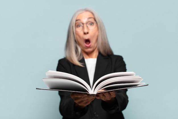 Donna d'affari piuttosto anziana con un libro