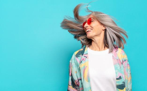 Donna abbastanza senior dei capelli grigi felice e spensierata