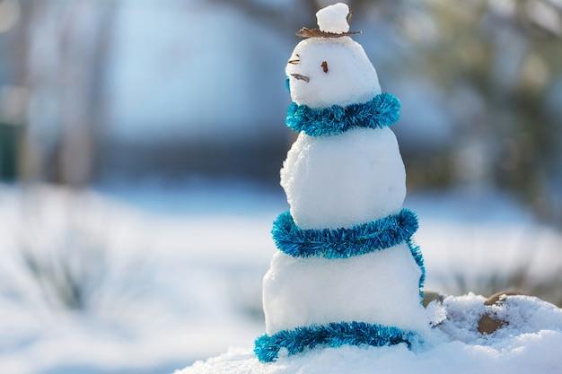 Pupazzo di neve grazioso su priorità bassa nevosa della data del nuovo anno 2020