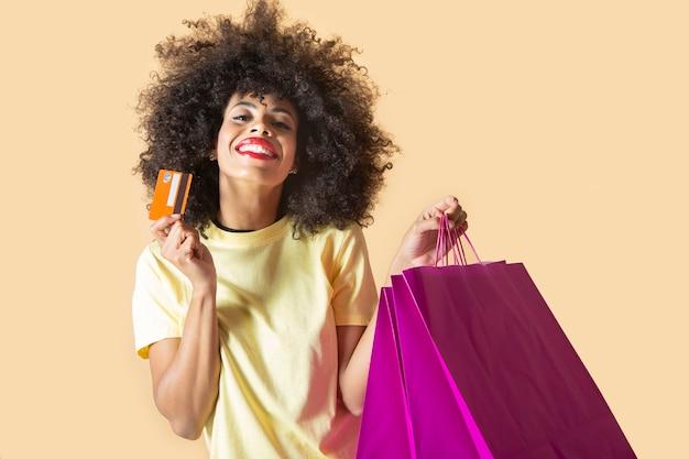 Donna abbastanza sudamericana con borse della spesa e carta di credito, venerdì nero
