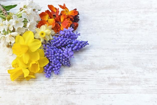 Graziosi fiori primaverili raccolti dal giardino e disposti su un tavolo
