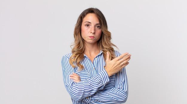 Donna piuttosto magra che si sente confusa e incapace, chiedendosi una spiegazione o un pensiero dubbio