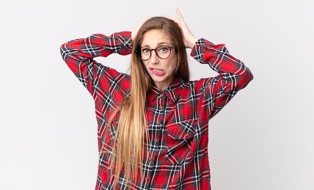 Donna piuttosto magra che si sente frustrata e infastidita, malata e stanca del fallimento, stufo di compiti noiosi e noiosi