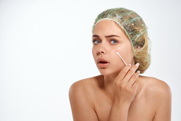 Fondo chiaro di trattamento dell'acne delle spalle nude della donna graziosa