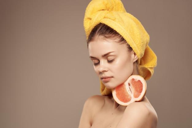 Bella donna spalle nude pelle pulita esotico sfondo isolato