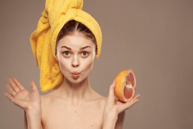 Bella donna spalle nude pelle pulita esotica sfondo isolato