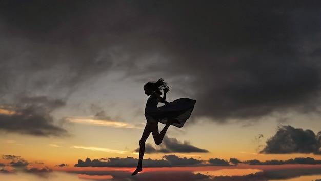 Bella donna sul bellissimo tramonto