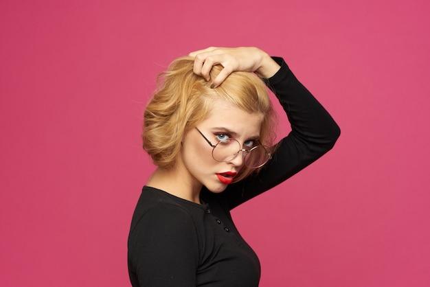 Bella donna in occhiali acconciatura corta maglione nero