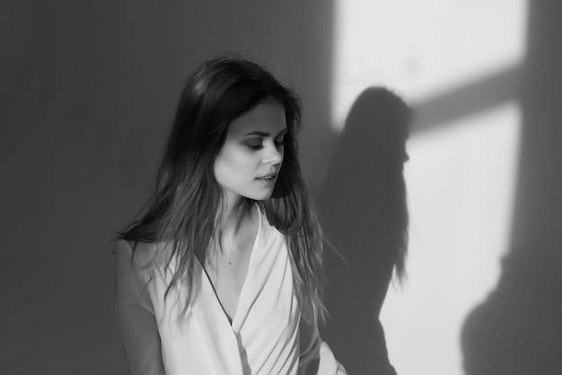 Studio di posa di foto in bianco e nero di bella donna