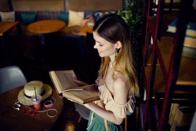 Pretty woman cafe libri ricreazione ristorante interno stile di vita.