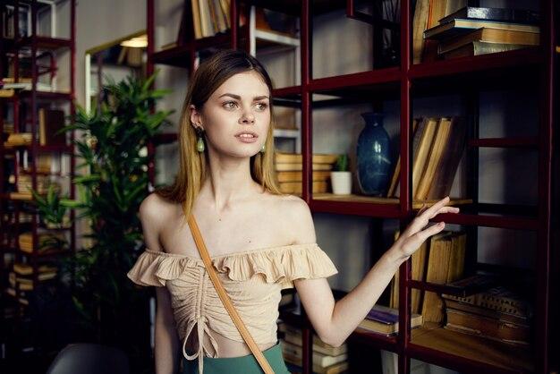 Bella donna caffè libri ricreazione ristorante interno stile di vita