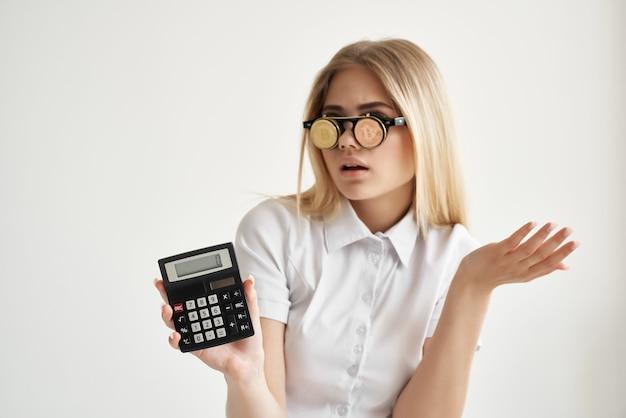 Calcolatrice bella donna in mano e sfondo chiaro bitcoin