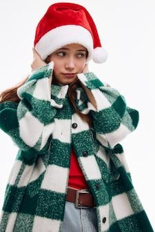 Nuovo anno dello studio del cappotto del plaid del cappello di natale della donna graziosa. foto di alta qualità