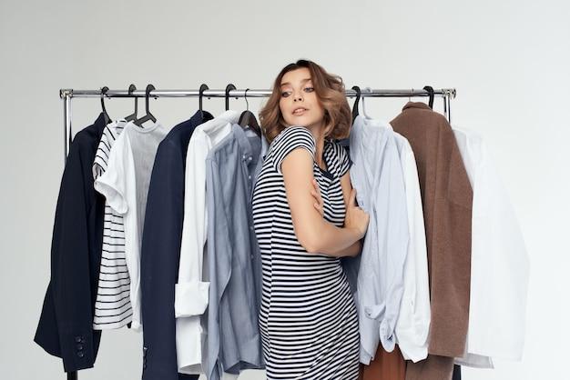 Bella donna accanto a vestiti moda divertente sfondo isolato. foto di alta qualità