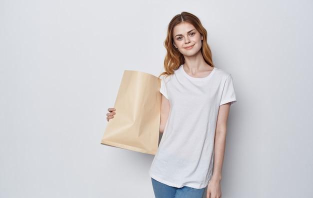 Bella donna artigianale borse nelle mani shopping spazio isolato