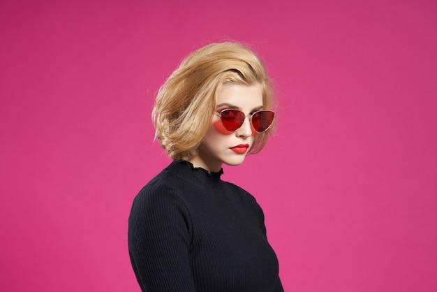 Bella donna in occhiali scuri trucco luminoso