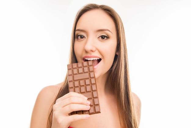 Bella donna che mangia cioccolato