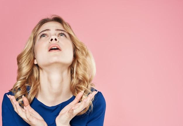 Bella donna emozioni sguardo attraente vestito blu sfondo rosa