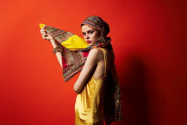 Bella donna etnia multicolore foulard trucco glamour sfondo rosso
