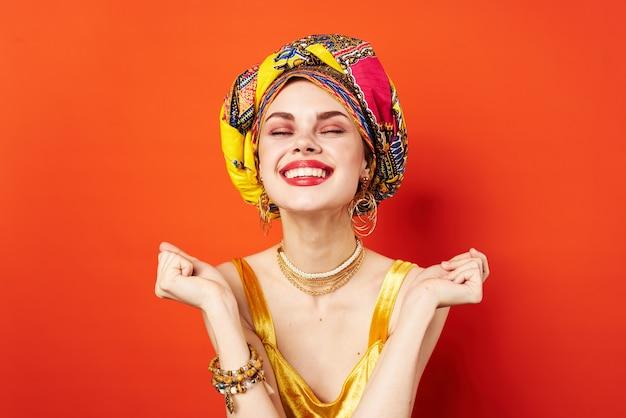 Bella donna etnia multicolore foulard trucco glamour studio model