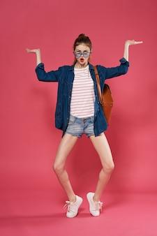 Vestiti alla moda donna graziosa divertimento emozioni sfondo rosa