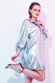 Vestiti alla moda della donna graziosa sì che posano stile moderno