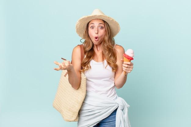 Bella donna che si sente estremamente scioccata e sorpresa. concetto di estate