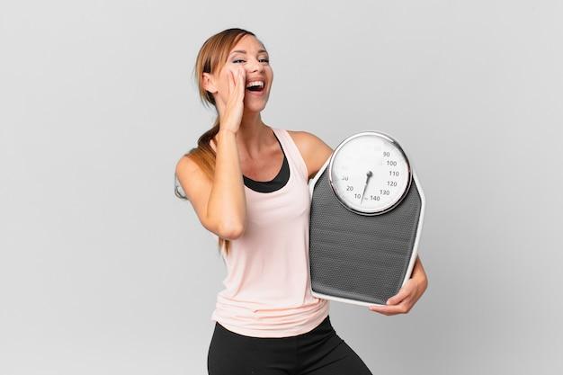 Bella donna che si sente felice, fa un grande grido con le mani vicino alla bocca. concetto di dieta
