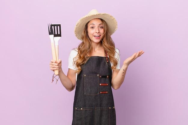 Bella donna che si sente felice, sorpresa di realizzare una soluzione o un'idea. concetto di chef barbecue