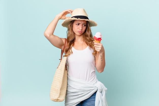 Bella donna che si sente perplessa e confusa, grattandosi la testa. concetto di estate