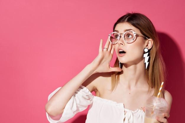 Bella donna glamour in posa sfondo rosa. foto di alta qualità