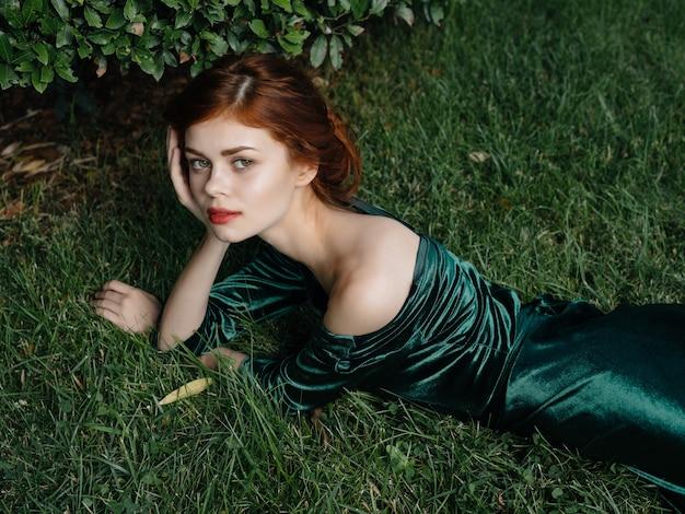 Bella donna in abito verde giardino delle fate in stile gotico