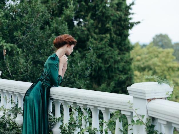 Bella donna in abito verde natura romanticismo passeggiata glamour.