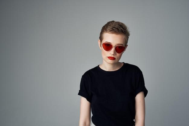 Gesto di mano bella donna labbra rosse glamour isolato sfondo. foto di alta qualità