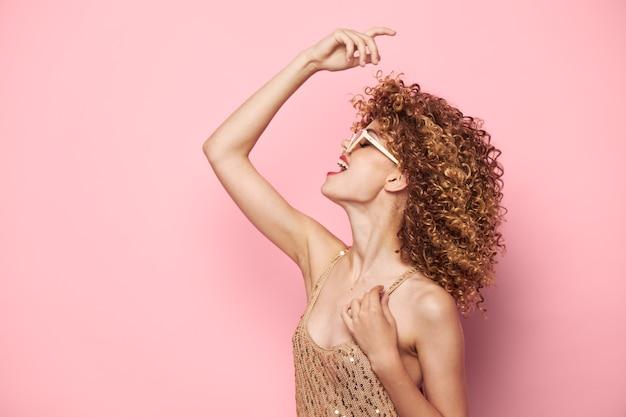 Bella donna e una mano sopra il tuo primo piano di capelli ricci emozione testa