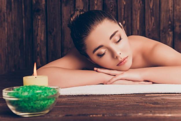 Bella donna con aromaterapia e rilassante con gli occhi chiusi