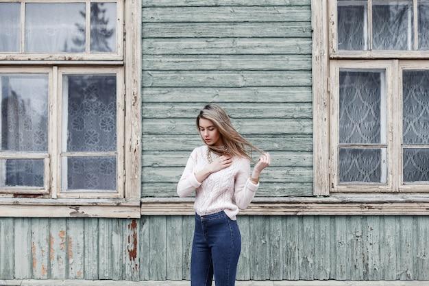 Bella donna in un maglione lavorato a maglia