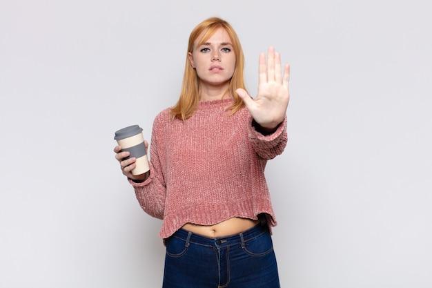 Bella donna che sembra serio, severo, dispiaciuto e arrabbiato mostrando il palmo aperto che fa gesto di arresto