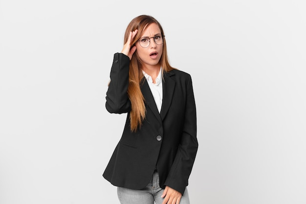 Bella donna che sembra sorpresa, realizzando un nuovo pensiero, idea o concetto. concetto di business