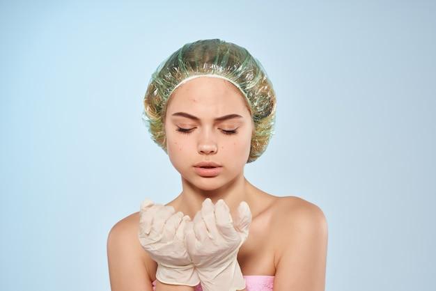 Bella donna lozione in mano problemi della pelle del viso studio. foto di alta qualità