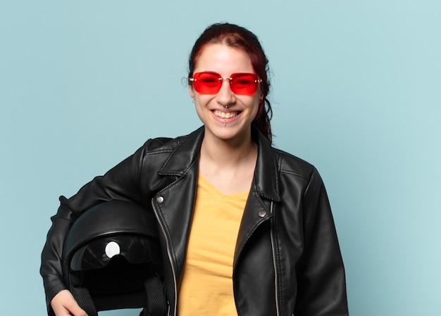 Pilota di moto donna graziosa con un casco di sicurezza