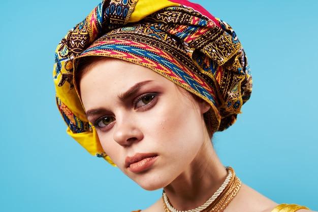 Bella donna scialle multicolore etnia decorazioni in stile africano isolato sfondo