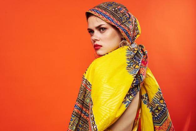 Bella donna scialle multicolore etnia stile africano sfondo rosso