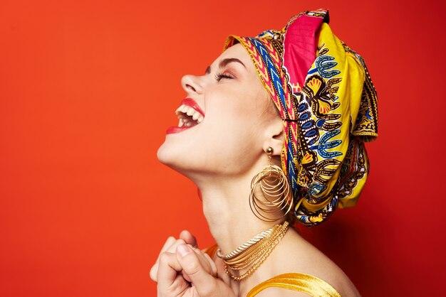Bella donna in turbante multicolore look attraente gioielli studio modello