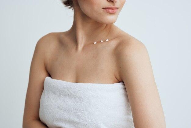 Doccia di pelle pulita asciugamani di spalle nude della donna graziosa. foto di alta qualità