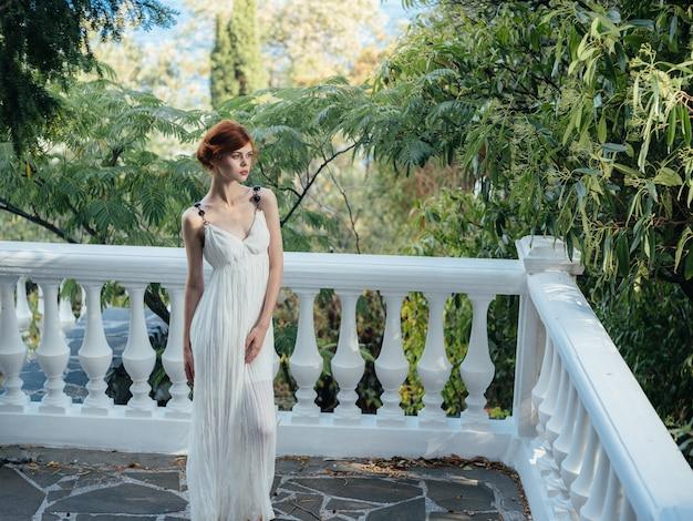Vestiti tradizionali di stile classico della decorazione della natura della donna graziosa